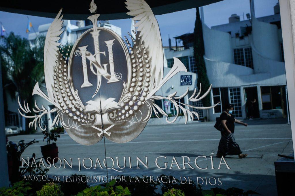 Logo del apóstol Naasón Joaquín García en iglesia La Luz del Mundo.