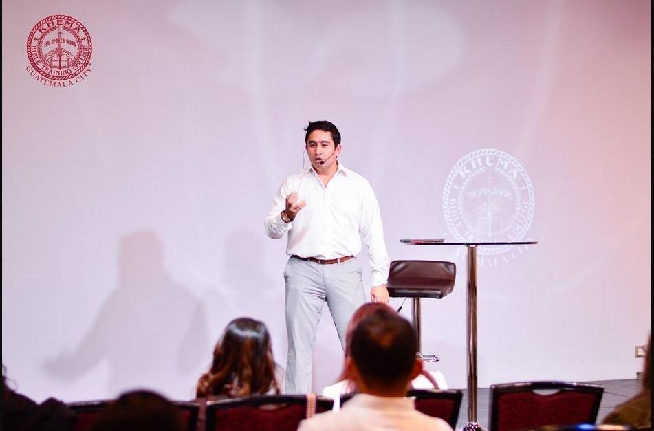 JR predicando en Rhema durante sus estudios