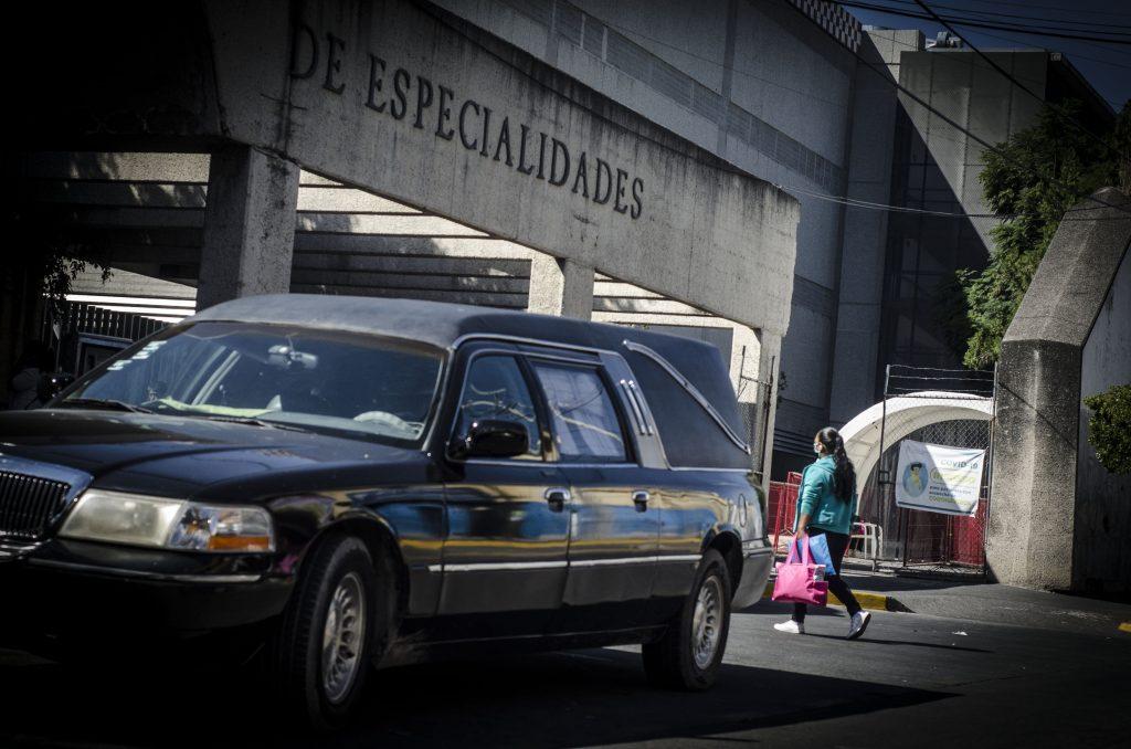 Servicios funerarios espeando servicio en las afueras de la torre se especialidades Covid