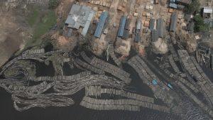 Madera amazónica en el puerto de Pucallpa en el Perú.
